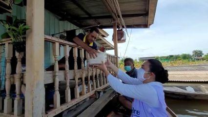 มูลนิธิอาสาเพื่อนพึ่ง (ภาฯ) ยามยาก สภากาชาดไทย ประกอบอาหารมอบแก่ผู้ประสบอุทกภัย ที่จังหวัดอ่างทอง