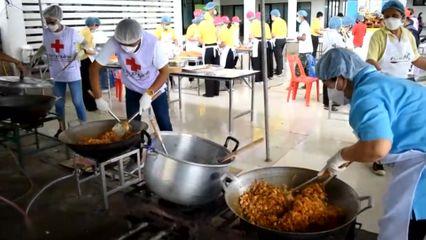 มูลนิธิอาสาเพื่อนพึ่ง (ภาฯ) ยามยาก สภากาชาดไทย จัดตั้งโรงครัวพระราชทานประกอบอาหารช่วยเหลือผู้ประสบอุทกภัยในพื้นที่จังหวัดอ่างทอง