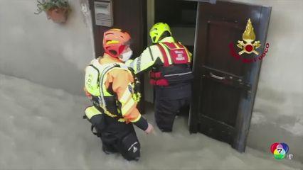 เผยภาพเจ้าหน้าที่กู้ภัยช่วยเหลือผู้ประสบภัยน้ำท่วมในอิตาลี
